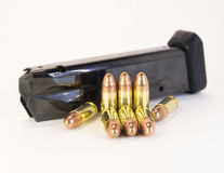 9mm vapenkulor med en tidskrift Royaltyfria Foton