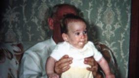 (8mm Weinlese) großer Großvater mit Baby 1957 stock footage