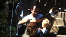 (8mm Weinlese) Iowa-Familie 1950 glücklich mit Vati-Baby-und Mädchen-Hund stock video footage