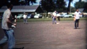 (8mm Weinlese) Nachbarschafts-freundlicher Baseball 1954, der Park spielt Iowa, USA stock video footage