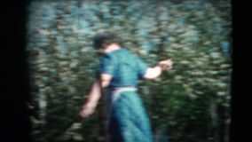 8mm Weinlese - sechziger Jahre Dame und blühender Apfelbaum stock video footage