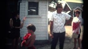 (8mm Weinlese-siebziger Jahre) Familie, die wartet, um zum Strand zu gehen stock video