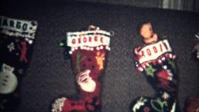 (8mm Weinlese-) Weihnachtsstrümpfe bereiten 1957 vor stock video footage