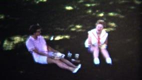 (8mm Wijnoogst) Communautaire de Zomerpicknick van 1954 Iowa, de V.S. stock video