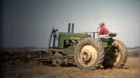 (8mm Wijnoogst) de Landbouwer Moving Topsoil John Deere Tractor van 1952 Iowa, de V.S. stock footage