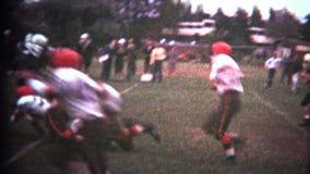 (8mm Wijnoogst) Middelbare schoolvoetbal stock video