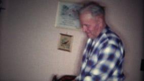 (8mm Wijnoogst) Oude Mens die nooit de Camera bekijken stock footage