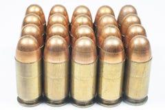 11 mm. Zwarte pistool en munitie Stock Afbeeldingen
