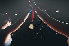 MMA κρατά ψηλά το χέρι της με το χρυσό μετάλλιο στοκ φωτογραφία