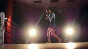 MMA, het Gemengde de schaduw van de vechtsportenvechter in dozen doen als voorbereiding op een strijd Langzame Motie stock videobeelden