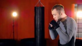 MMA, het Gemengde de schaduw van de vechtsportenvechter in dozen doen als voorbereiding op een strijd Middelgroot schot stock video