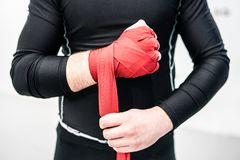 MMA kładzenia ręki bokserscy myśliwscy opakunki na rękach obrazy royalty free