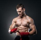 MMA-Vechter die Verbanden voor Opleiding voorbereiden stock fotografie
