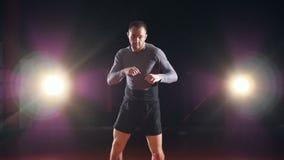 MMA-vechter het in dozen doen met schaduw Langzame Motie stock footage