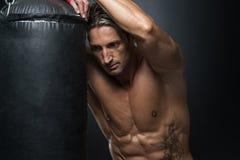 MMA-Vechter het Praktizeren met het In dozen doen van Zak Royalty-vrije Stock Fotografie