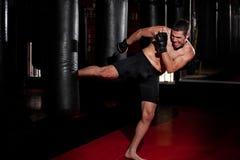 MMA-Vechter opleiding bij een gymnastiek royalty-vrije stock afbeeldingen