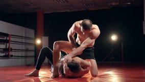 MMA-Vechters in gymnastiek opleiding stock footage