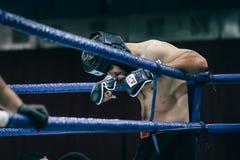 MMA-vechterstribunes in hoek van ring vóór strijd Stock Foto's