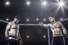 MMA wojownicy w ośmiobok arenie przed walką Obrazy Royalty Free
