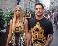 MMILAN,意大利- 2018年6月16日:走在街道的足球运动员Pato和女朋友在凡赛斯时装表演以后 图库摄影