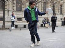 MMILAN - 25 DE FEVEREIRO DE 2018: Blogger Carlo Sestini que anda no quadrado do SAN FEDELE antes do desfile de moda de MSGM, dura imagem de stock