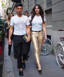MMILAN ITALIEN - JUNI 16, 2018: Koppla ihop att gå i gatan efter VERSACE-modeshow Royaltyfria Foton