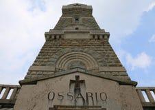 Mémorial aux soldats tombés dans la Première Guerre Mondiale avec l'ossuaire en M Image libre de droits