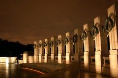 Mémorial de la deuxième guerre mondiale la nuit Photos stock