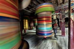 MMoving suddighetslandskap av den tibetana buddisten vallfärdar royaltyfria bilder