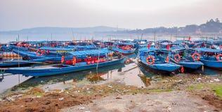 Mnóstwo łodzie parkować przy brzeg jeziora obraz stock