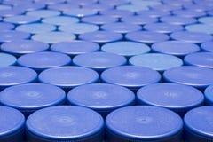 Mnóstwo błękitne plastikowe butelek nakrętki, w górę zdjęcia royalty free