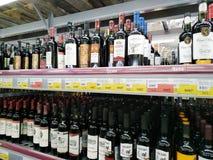 Mnóstwo butelki różnorodni rodzaje wino sprzedają w supermarkecie Lenta zdjęcie royalty free