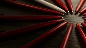 Mnóstwo czerwieni pióra i jeden biały ruch w okręgu Pojęcia biuro lub szkoła, wiedza dzień pierwszy Wrzesień Materiał filmowy ja zbiory wideo
