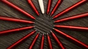 Mnóstwo czerwieni pióra i jeden biały ruch w okręgu Pojęcia biuro lub szkoła, wiedza dzień pierwszy Wrzesień Materiał filmowy ja zdjęcie wideo