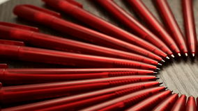 Mnóstwo czerwieni pióra i jeden biały ruch w okręgu Pojęcia biuro lub szkoła, wiedza dzień pierwszy Wrzesień Materiał filmowy ja zbiory