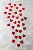 Mnóstwo czerwoni papierowi serca na popielatym betonowym tle karcianej dzień projekta dreamstime zieleni kierowa ilustracja s sty Zdjęcia Royalty Free