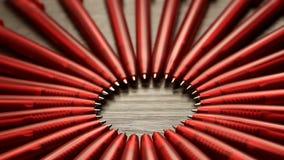 Mnóstwo czerwoni pióra ruszają się w okręgu na czarnym drewnianym tle Pojęcia biuro lub szkoła, wiedza dzień pierwszy Wrzesień zdjęcie wideo