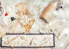 Mnóstwo denny temat w bałaganie jak skorupy, świeczki, pachnidło, dziewczyna materiał na pościeli, ładny textured pocztówkowy wid Obraz Stock