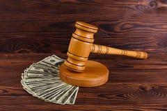 Mnóstwo dolarowi rachunki i drewniany młot Szczegóły aukcja Zdjęcie Stock