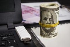 Mnóstwo dolary na notatniku blisko laptopu z błysną przejażdżkę obraz royalty free