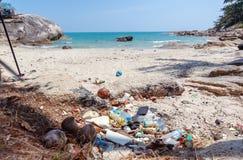 Mnóstwo grat na pięknej tropikalnej plaży Jałowi problemy, natury zanieczyszczenie z klingerytem Ekologia i Ziemski dzień zdjęcie stock