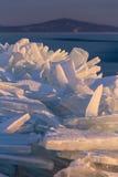 Mnóstwo iceblocks na each inny w Jeziornym Balaton Obrazy Stock