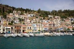 Mnóstwo jaskrawe łodzie na morzu w tle wyspa Fotografia Stock