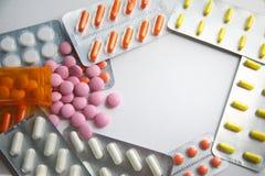 Mnóstwo kolorowe pigułki od above z copyspase i lekarstwo Fotografia Stock