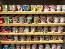 Mnóstwo kolorowy kawowego kubka sprzedawanie na półce w 60 bahcie Zdjęcia Royalty Free