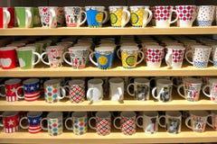 Mnóstwo kolorowy kawowego kubka sprzedawanie na półce w 60 bahcie Fotografia Stock