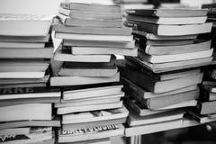 Mnóstwo książki są na stole Obrazy Stock