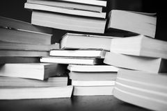 Mnóstwo książki są na stole Zdjęcia Stock