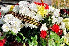 Mnóstwo kwiaty przy pamiątkową stelą Zdjęcie Royalty Free