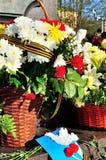 Mnóstwo kwiaty przy pamiątkową stelą Fotografia Stock